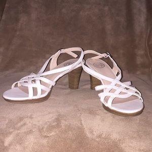"SO Sz 8.5M off white 3"" sandals w buckle strap"
